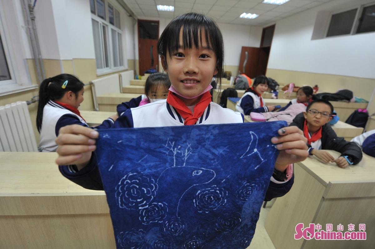 <br/>  12月1日,一名学生展示自己的蜡染图案。<br/>