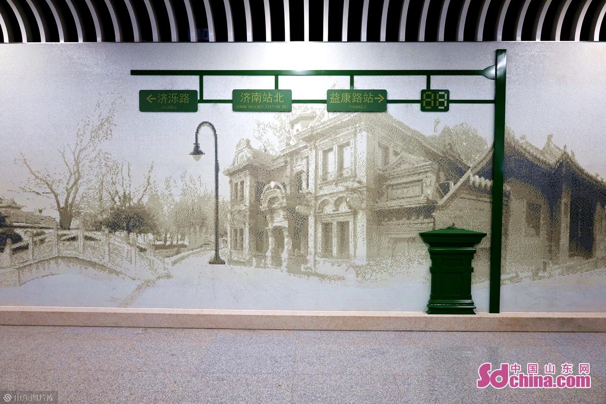 <br/>  济南站北站的公共艺术品为《百年路途》,背景建筑影像取自老济南经典的街区景象及历史建筑影像,通过前景邮筒、路灯、信号灯等物件的呈现,展现背后的城市故事。