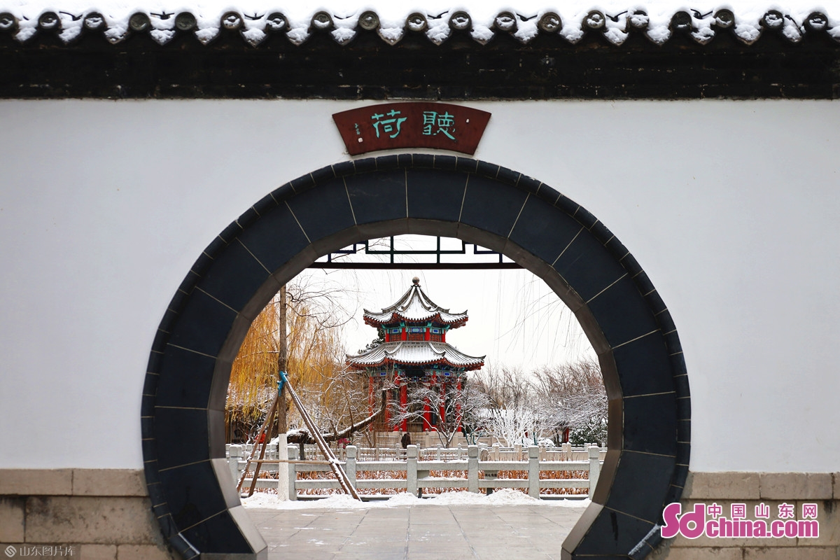 <br/>  12月28日晚,受寒潮影响,济南迎来今年冬天首次降雪。<br/>