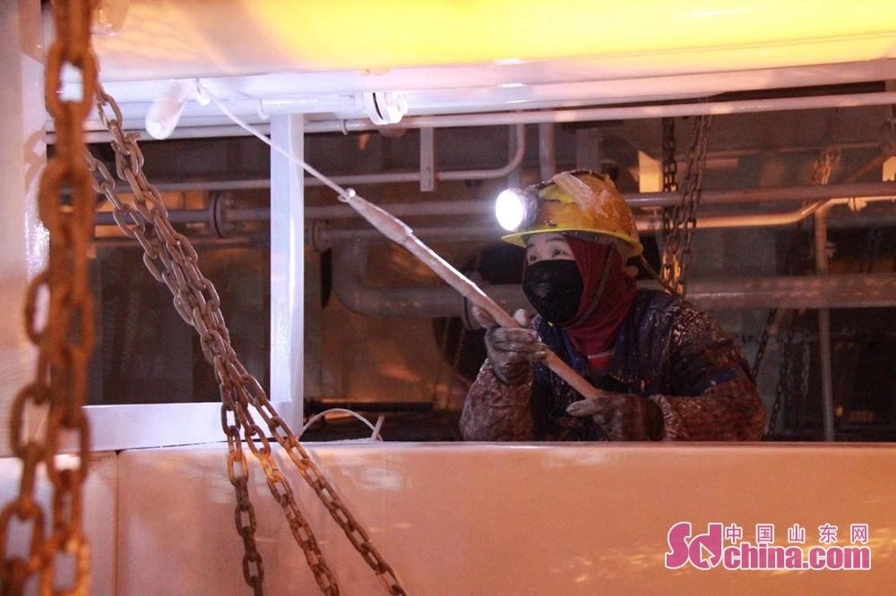 <br/>  青岛造船厂车间,工人在检修、清理、消毒,为复工做最后准备。