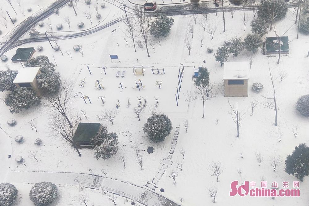 <br/>  2月15日,济宁市出现雨雪天气,最低气温降幅8~10℃,最高气温降幅13~15℃。2月14日22时50分,济宁市气象台发布道路结冰黄色预警信号。受冷空气影响,济宁市大部分地区已经出现降雪,随着气温进一步降低,预计14日夜间到15日上午济宁市将出现对交通有影响的道路结冰和积雪,请注意防范。