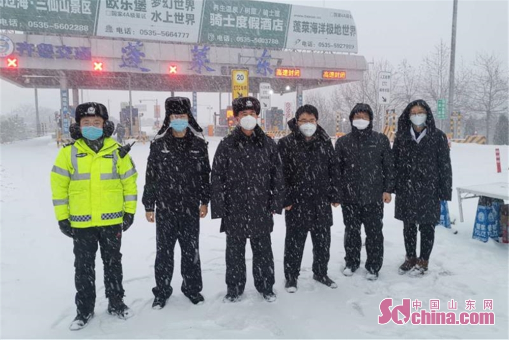 <br/>  2月14日晚至15日,烟台迎来了2019入冬以来最大的一场雪,春寒料峭,风雪交加,但广大公安民警、辅警依然奋战在抗击疫情的第一线,恪尽职守,迎疫而上,值守在一个个卡口,疏导着每一条道路,坚守在每一个岗位,为这座城市增添了最美&ldquo;警&rdquo;色。<br/>