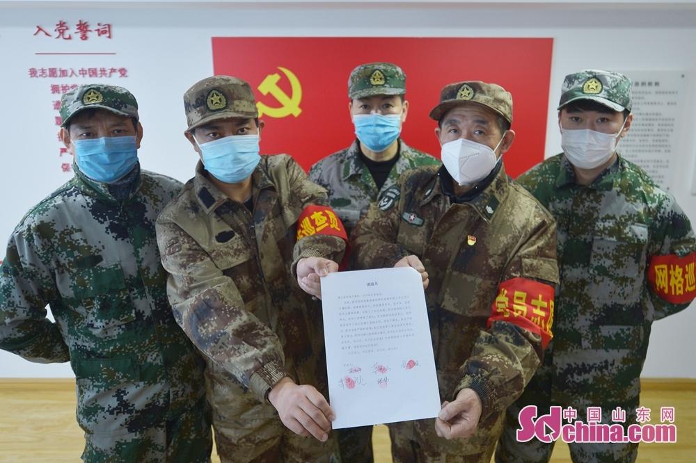 <br/>  党员志愿服务队的几名退伍军人签下&ldquo;请战书&rdquo;。