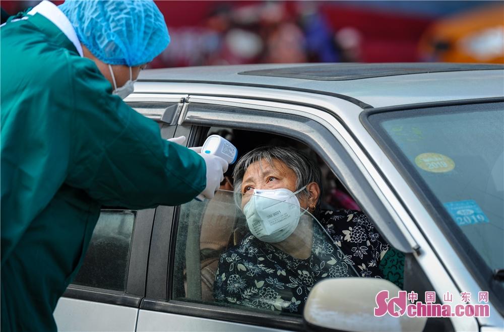 <br/>  蓬莱市人民医院医务人员为司乘人员测量体温。(图片由山东省摄影家协会提供 摄影 赵光)<br/>