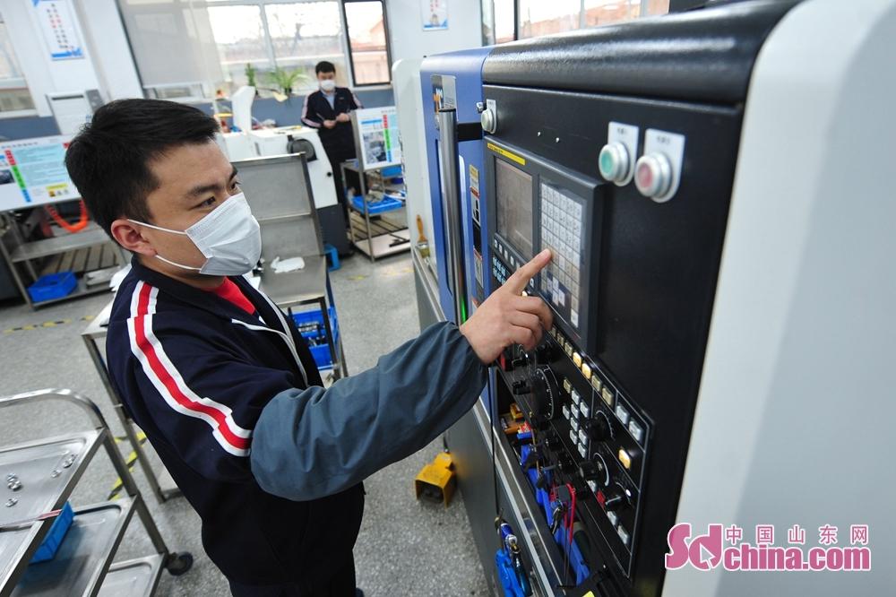<br/>  2月27日,工人在青岛市城阳区众瑞智能仪器有限公司车间内生产口罩检测设备配件。<br/>