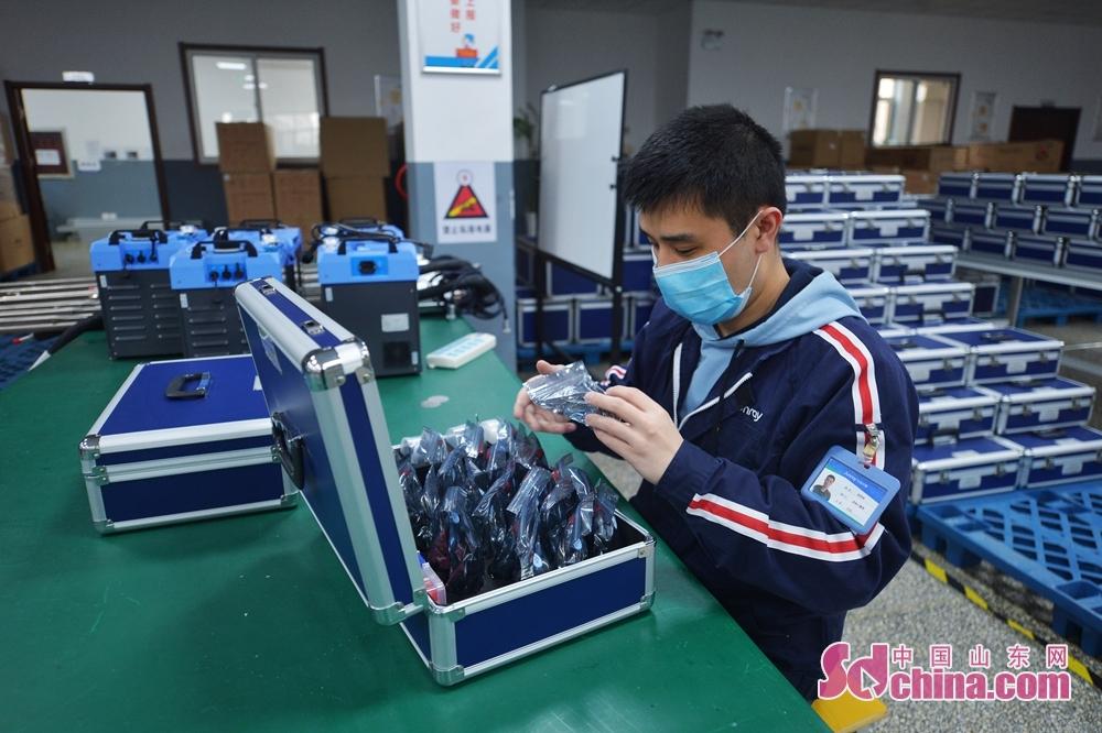 <br/>  2月27日,质检员在青岛市城阳区众瑞智能仪器有限公司车间内检测产品质量。