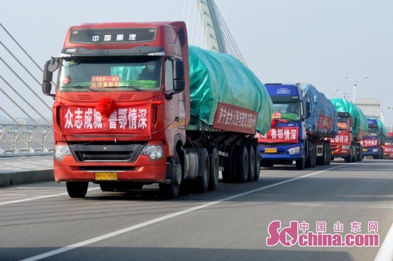 <br/>  蒜乡有情,300吨山东济宁金乡大蒜启程送往湖北。(摄影 刘传伏 )<br/>