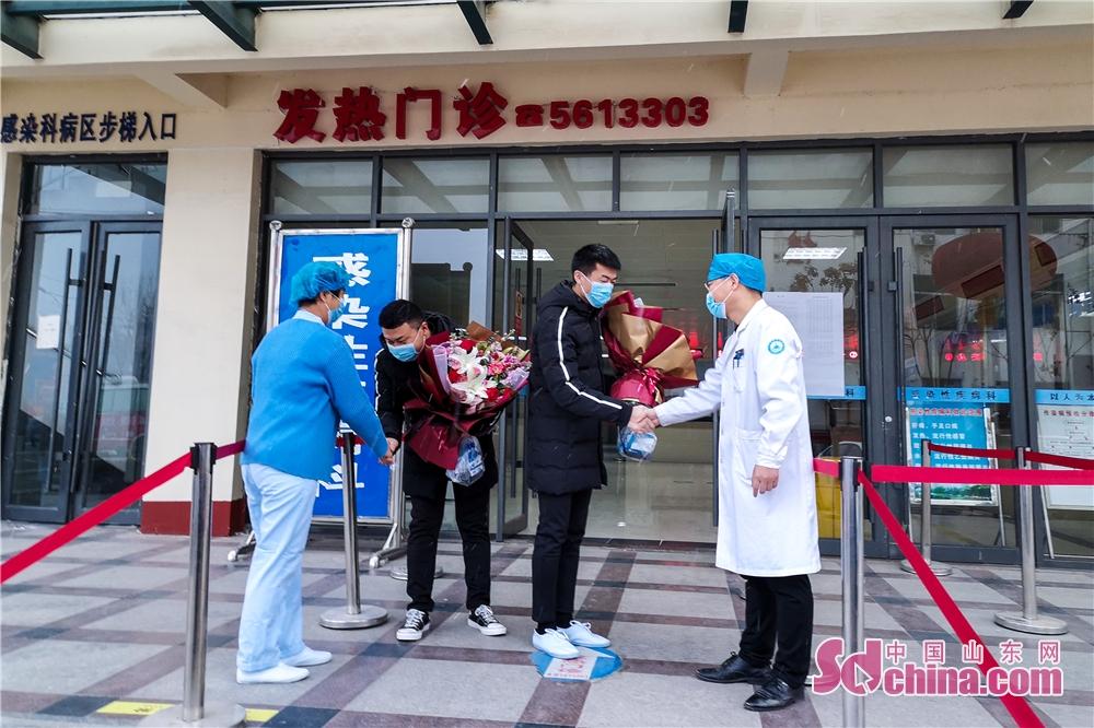 <br/>  菏泽首批两位治愈新冠肺炎病人康复出院。(摄影 杨科)<br/>