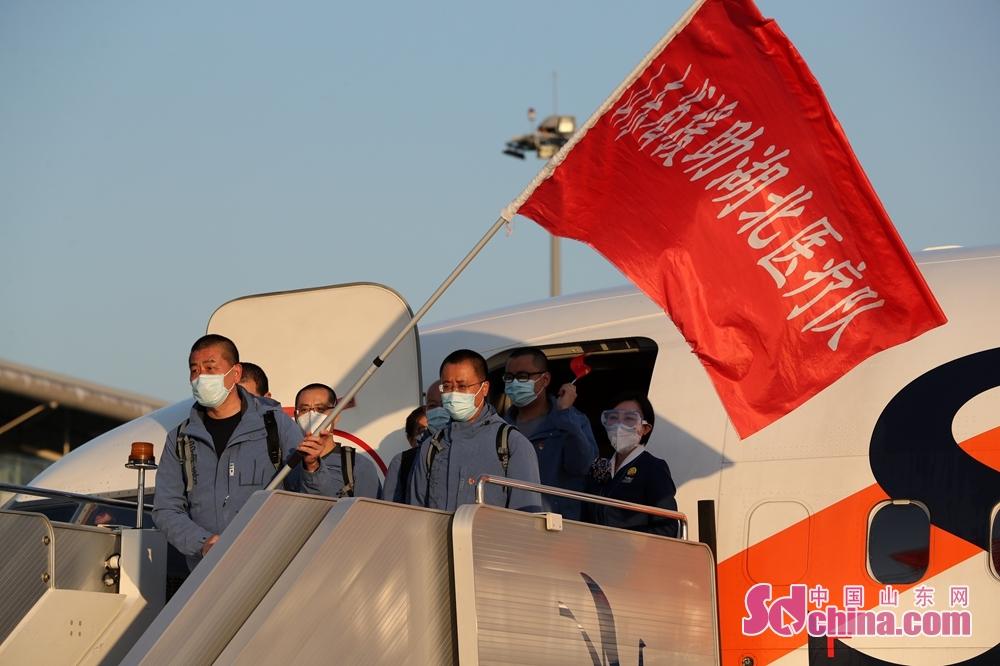 <br/>  3月7日、8日,山东第四批和第八批援助湖北医疗队所在的东西湖方舱医院和汉阳国博方舱医院休舱。(摄影 孙刚)<br/>
