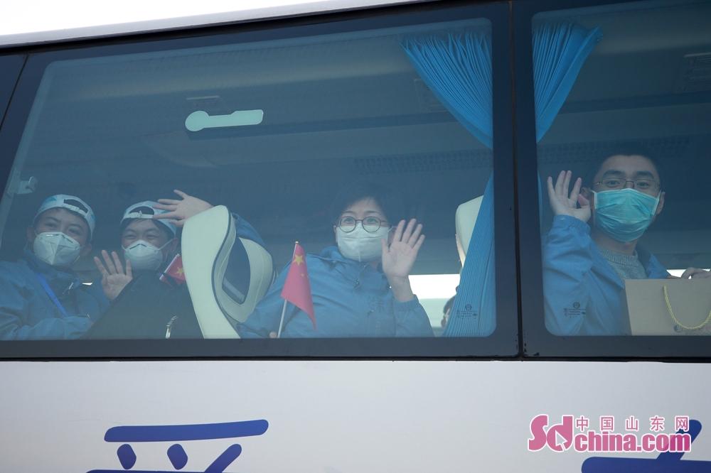 <br/>  队员们陆续登车离开机场。据悉,其余1000多名山东医疗队员也将陆续撤离湖北。(摄影 孙刚)