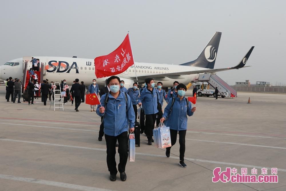 <br/>  3月21日,圆满完成支援黄冈任务的576名山东医疗队队员们,分乘五驾飞机,安全到达济南。(摄影 孙刚)<br/>