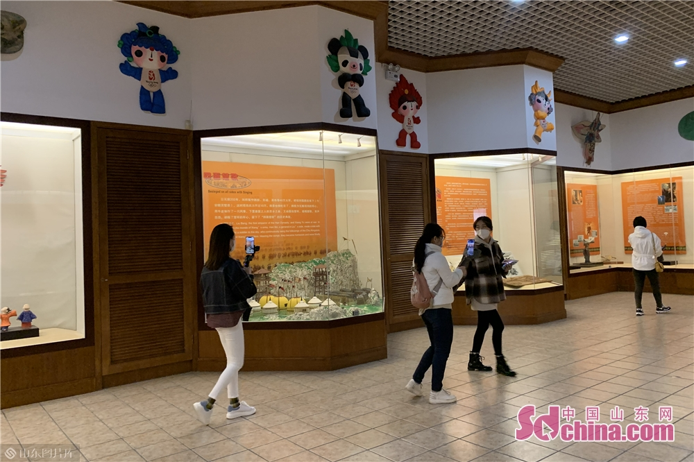 Citizens visit the City Kite Museum in Weifang, east China's Shandong Province on March 25, 2020. Weifang City Library, Wiefang City Museum, Weifang City Art Gallery, Weifang Shihu Garden Museum, and Weifang Kite Museum opened to the public from Wednesday.<br/>