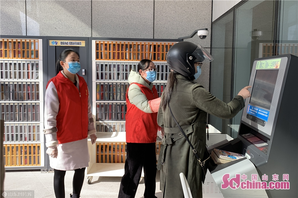 Visitors borrow books by smart lending mechaine in the City Museum in Weifang, east China's Shandong Province on March 25, 2020. Weifang City Library, Wiefang City Museum, Weifang City Art Gallery, Weifang Shihu Garden Museum, and Weifang Kite Museum opened to the public from Wednesday.<br/>