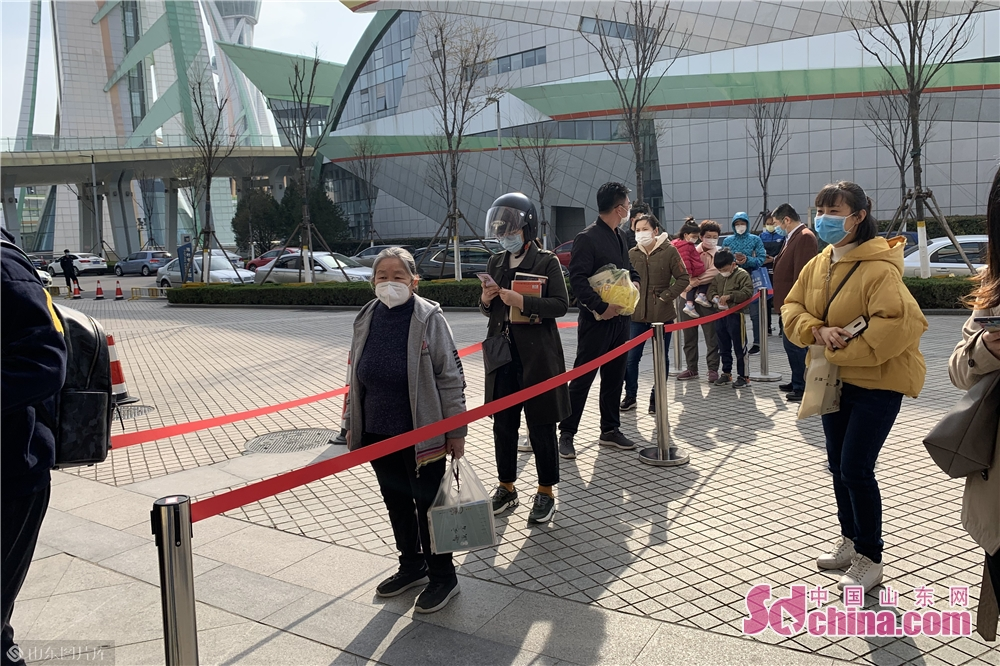 Visitors queue up for entering the City Museum in Weifang, east China's Shandong Province on March 25, 2020. Weifang City Library, Wiefang City Museum, Weifang City Art Gallery, Weifang Shihu Garden Museum, and Weifang Kite Museum opened to the public from Wednesday.<br/>