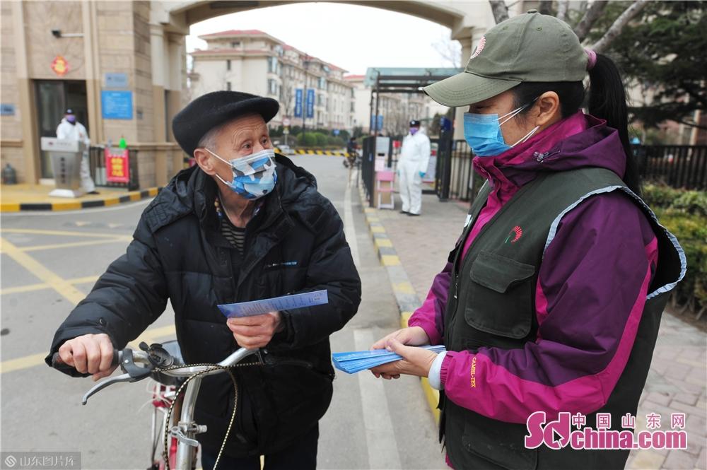 <br/>  3月2日,青岛市城阳区野生动植物保护协会的志愿者向社区居民发送&ldquo;禁食野味&rdquo;宣传单。<br/>