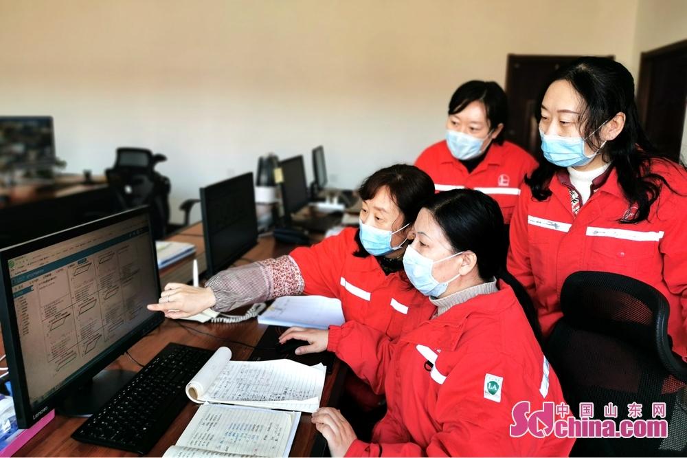 <br/>  中控室值班人员,通过施工图分析、判断油井是否生产正常,及时通知班站职工排除油井故障。(摄影 肖金禄 华瑞雨)<br/>