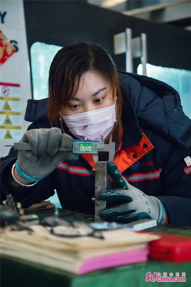 东营嘉信机械有限公司有序推进企业复工复产,返岗人员已陆续到厂,开始了正常生产,整个生产车间和生活秩序逐步恢复正常,工人们正在各个岗位加紧赶制外部订单。