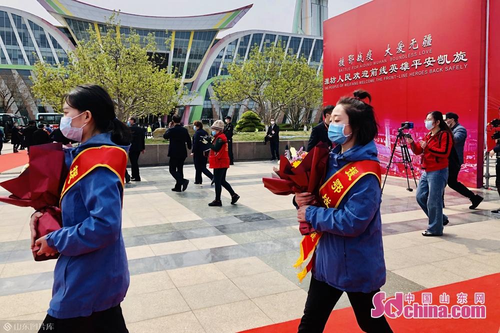 <br/>  3月17日,潍坊市26名队员被山东省政府包机从湖北接回我省。<br/>