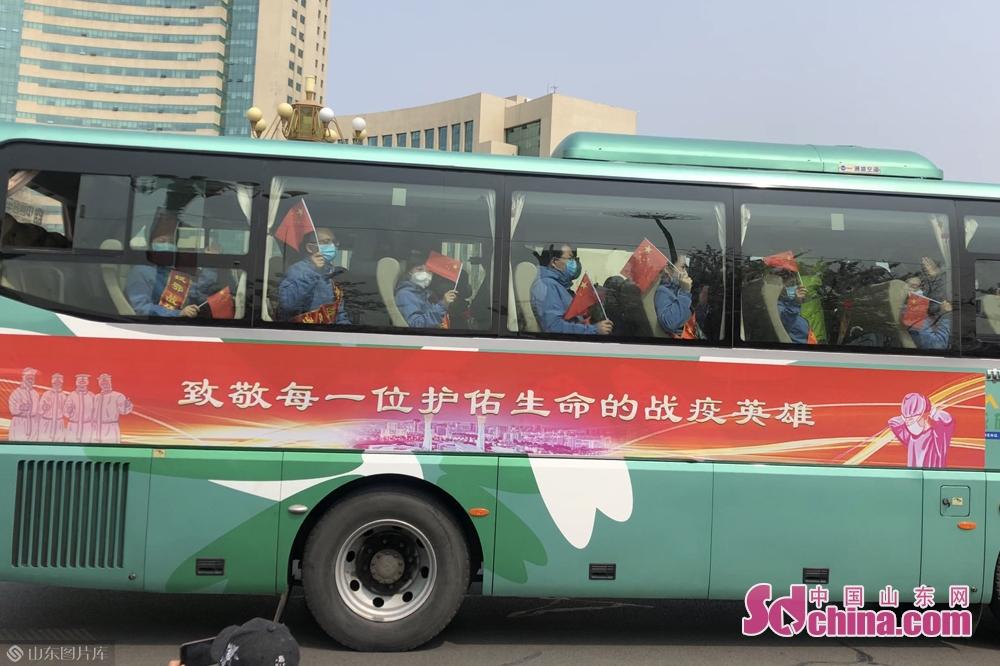<br/>  载有来自潍坊市妇幼保健院、潍坊市益都中心医院、青州市人民医院、诸城市人民医院、诸城中医医院、诸城市妇幼保健院、高密市人民医院、高密市中医院的26位医务人员的车队于上午10时50分抵达潍坊市人民广场。<br/>