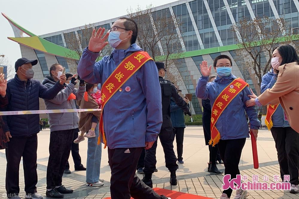 <br/>  疫情发生以来,潍坊市先后派出97名医护人员援助湖北,出色完成了山东省、潍坊市交给他们的任务,给湖北人民留下深刻的印象。<br/>