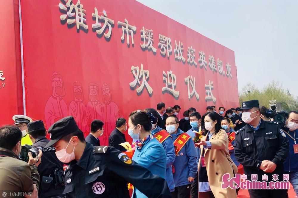 <br/>  &ldquo;欢迎英雄凯旋!欢迎英雄凯旋!&rdquo;4月1日上午,潍坊市援鄂战疫英雄凯旋欢迎仪式在人民广场举行,欢迎26名援鄂医护人员平安凯旋。<br/>