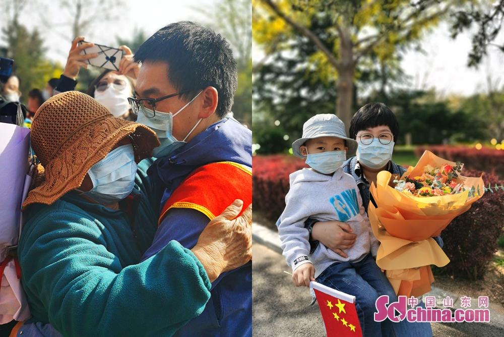 <br/>  外科重症监护病房副护士长郭向林的母亲和妻儿提早来到现场 ,妻子林笑旭为他准备了一束向日葵,用这份代表家庭温暖的礼物,欢迎他的平安归来。<br/>