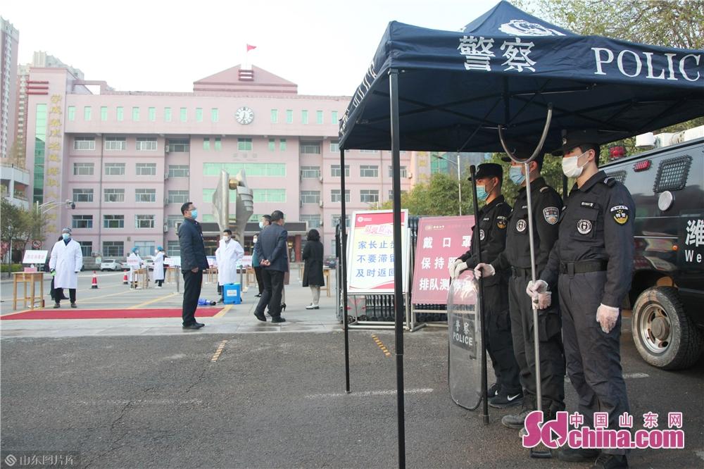 <br/>  截止目前,潍城公安分局共出动执勤警力150余人次,警车30台次,有力保障了全区五所学校复课工作平稳顺利进行,得到了师生和家长们的一致好评。