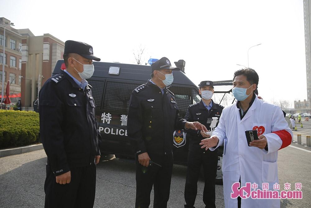 <br/><br/>  烟台高新公安分局党委委员副局长刘奎玉同志与校方负责人交流现场安保工作。<br/>