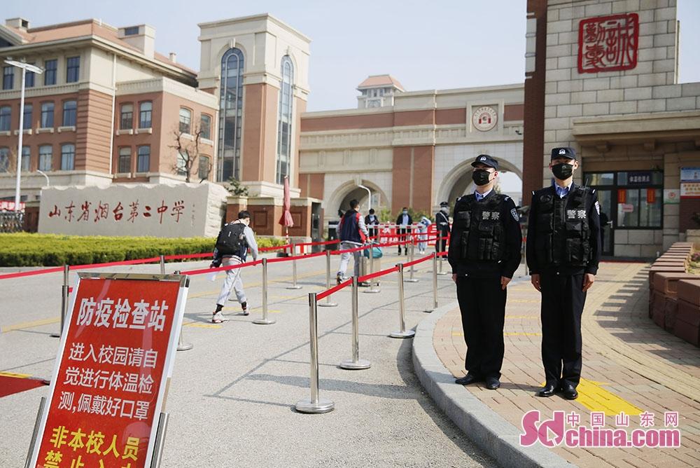 <br/><br/>  烟台高新公安护航高三学生开学返校。