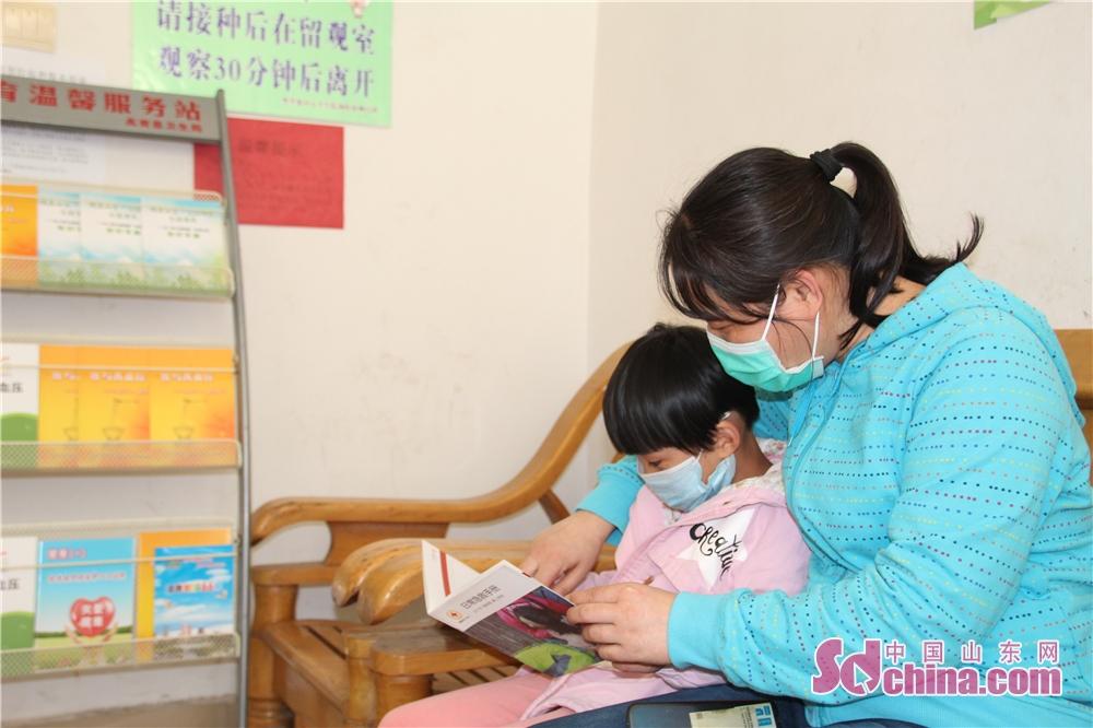 <br/><br/>  4月22日,高青县黑里寨镇一名家长正在陪同一名儿童在黑里寨中心卫生院留观室内阅读急救丛书。