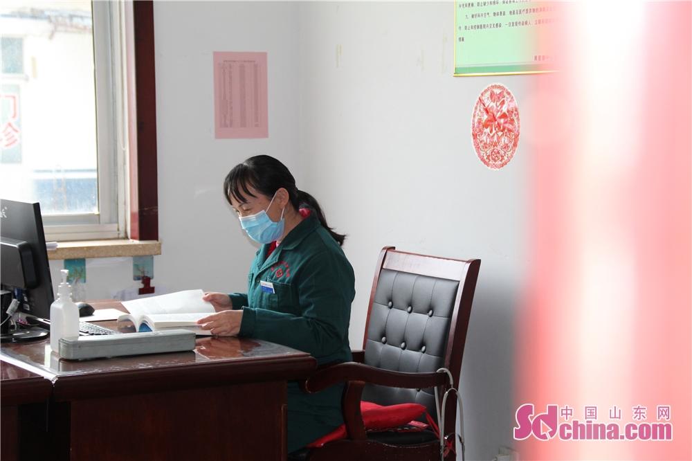 <br/>  高青县黑里寨中心卫生院医生办公室,医生正在读书。<br/>