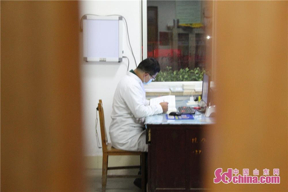 <br/>  4月21日21时,高青县黑里寨中心卫生院值班医生李宝收正在利用工作间隙时间读书,后天是&ldquo;世界读书日&rdquo;,全民阅读活动将会在各地如火如荼开展。<br/>