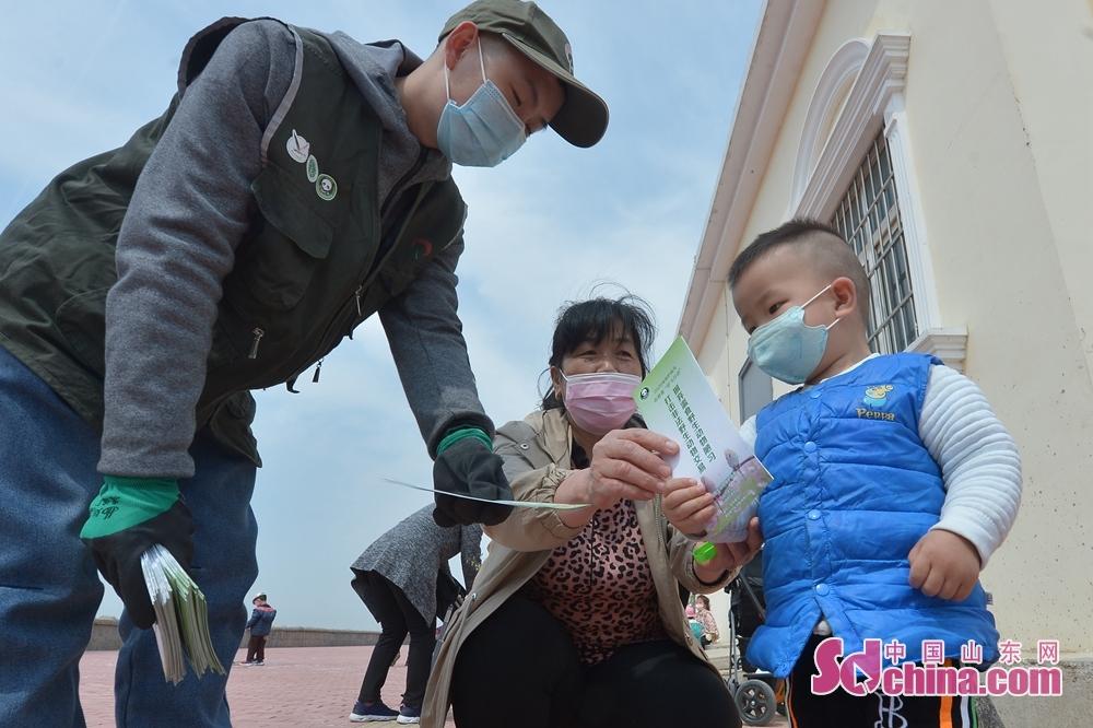 <br/>  4月26日,在青岛市城阳区爱鸟周活动上,动植物保护志愿者向市民发放爱鸟宣传材料。<br/>