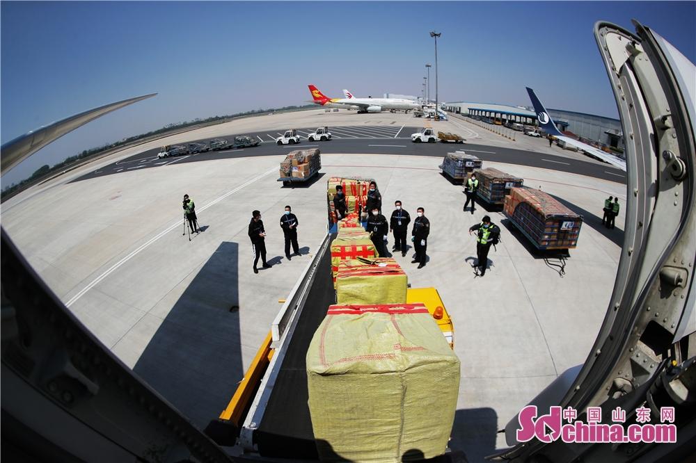 <br/>  2020年4月29日,在山东省青岛市流亭机场,货运装卸员工往&ldquo;客改货&rdquo;飞机上搬运防疫物资。<br/>