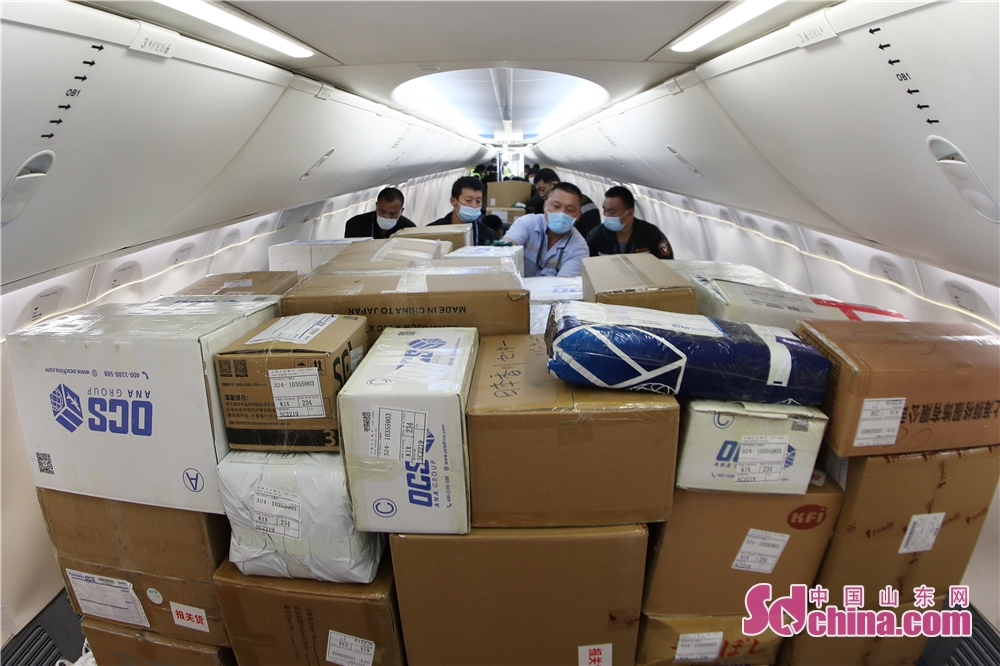 <br/>  2020年4月29日,在山东省青岛市流亭机场,货运装卸员工在&ldquo;客改货&rdquo;机舱内整理摆放运送的防疫物资。<br/>
