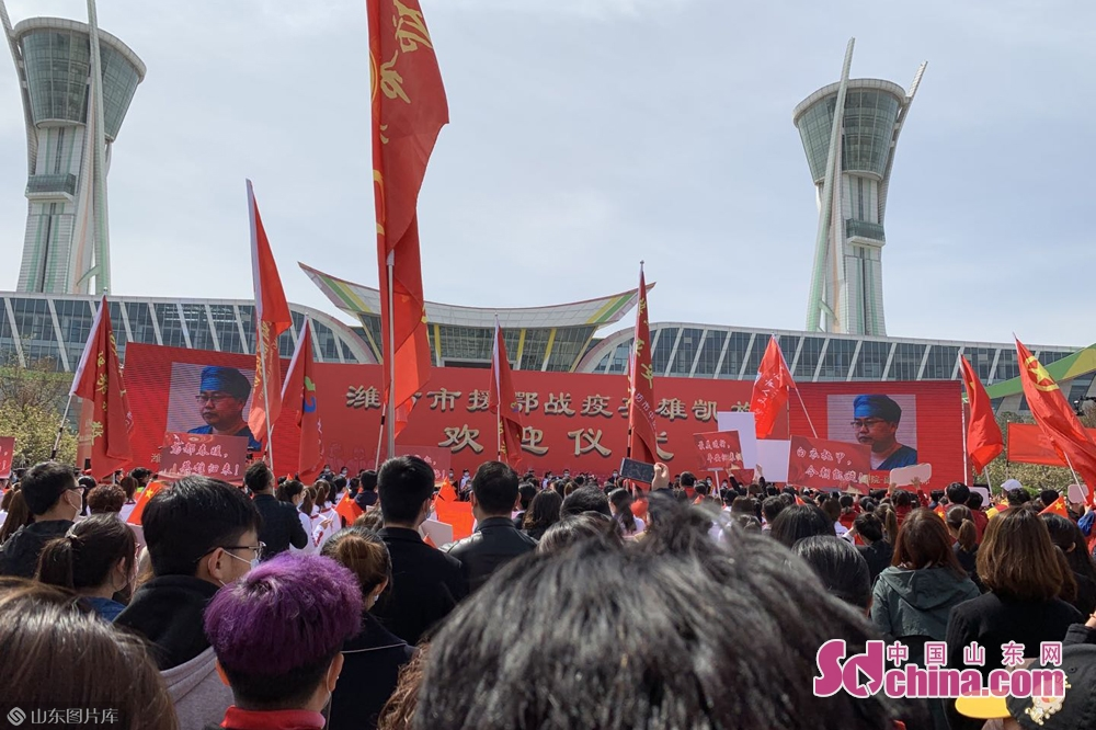 <br/>  11点左右,58位英雄出现在潍坊市人民广场举行的欢迎仪式上。<br/>