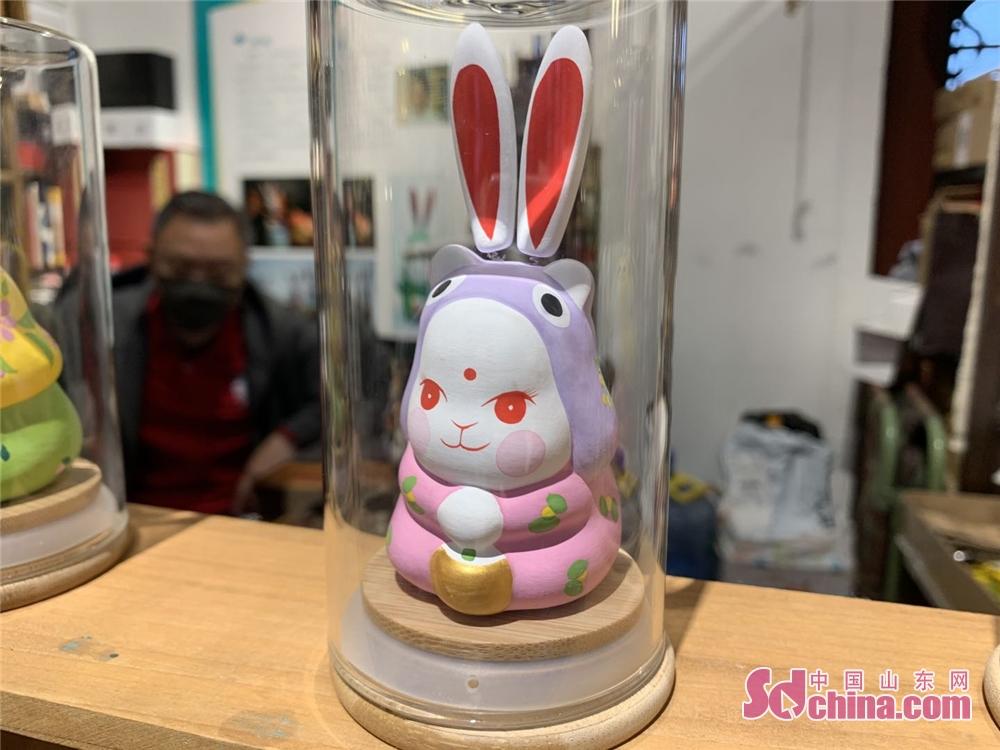 <br/>  5月11日,雨后后宰门街上的非遗店铺纷纷开门迎客。图为泉城兔子王工艺品。