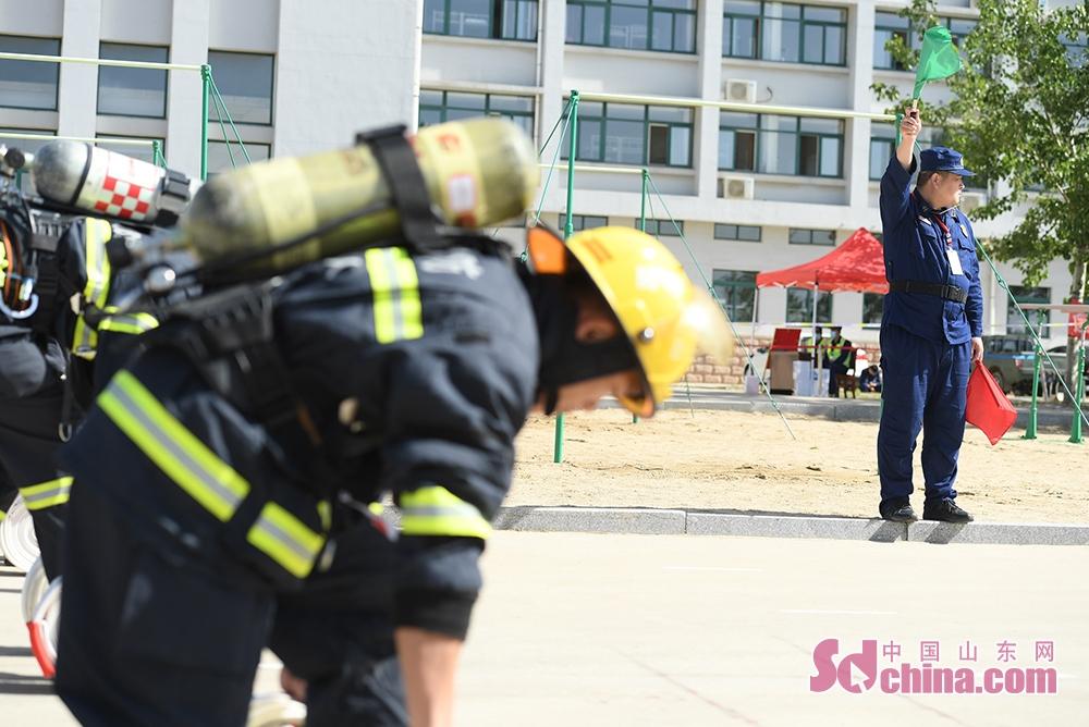 <br/>  5月12日下午,指挥能力竞赛紧锣密鼓有序展开,每个支队均派出灭火救援指挥部部长、作战训练科科长、防火监督干部各1名组队参赛,分赴16家消防安全重点单位开展&ldquo;防消联勤&rdquo;熟悉。5月12日晚和5月13日全天,参赛人员将根据单位实地熟悉情况,制作电子预案,现场讲解,回答专家评委的随机提问,对各地消防救援队伍指挥长、指挥员的灭火救援实战能力进行综合考验。<br/>