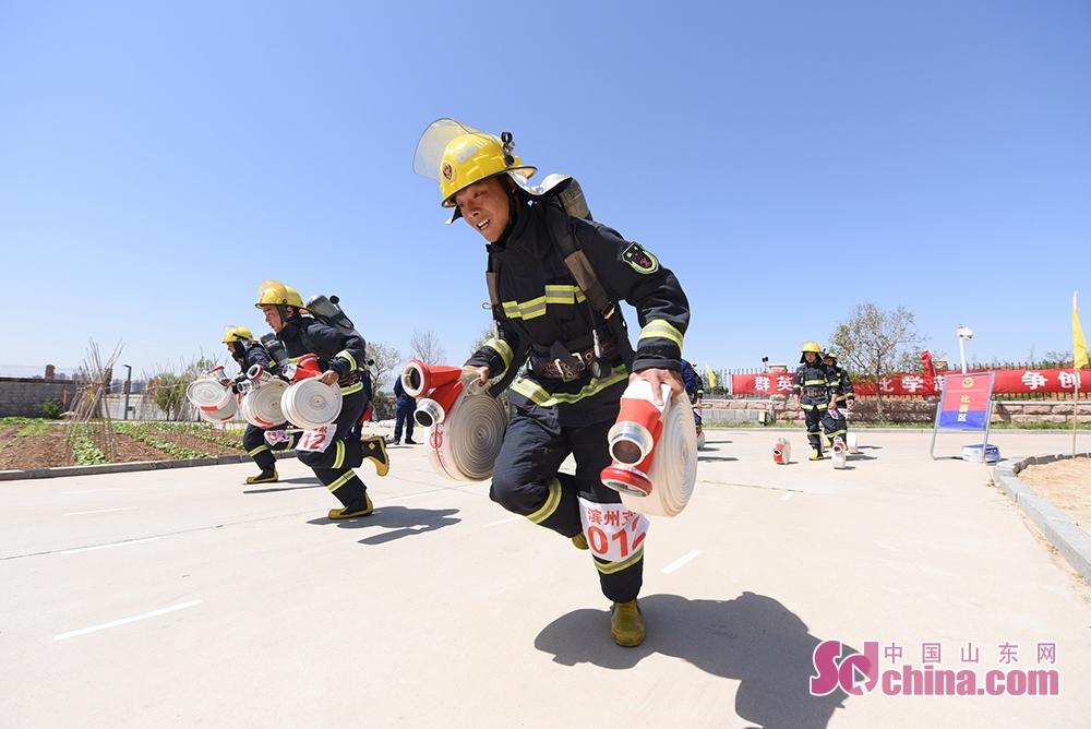 <br/><br/>  5月12日下午,指挥能力竞赛紧锣密鼓有序展开,每个支队均派出灭火救援指挥部部长、作战训练科科长、防火监督干部各1名组队参赛,分赴16家消防安全重点单位开展&ldquo;防消联勤&rdquo;熟悉。5月12日晚和5月13日全天,参赛人员将根据单位实地熟悉情况,制作电子预案,现场讲解,回答专家评委的随机提问,对各地消防救援队伍指挥长、指挥员的灭火救援实战能力进行综合考验。<br/>