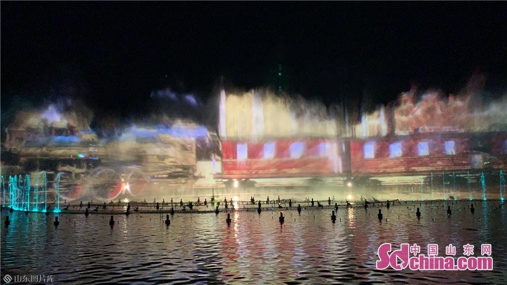 <br/>  这是&ldquo;泉城夜宴&middot;明湖秀&rdquo;的演出现场(5月19日摄)。5月19日,&ldquo;泉城夜宴&middot;明湖秀&rdquo;在山东济南大明湖景区内举行今年的首次演出。作为&ldquo;泉城夜宴&rdquo;构成板块中的&ldquo;明湖秀&rdquo;,是&ldquo;夜宴&rdquo;的精华所在。&ldquo;明湖秀&rdquo;是世界水秀表演综合技术的首创,演出以大明湖为载体,伴随泉水涌动和高达116.98米的擎天喷泉,湖面上光影变幻,视觉效果非常震撼。<br/>