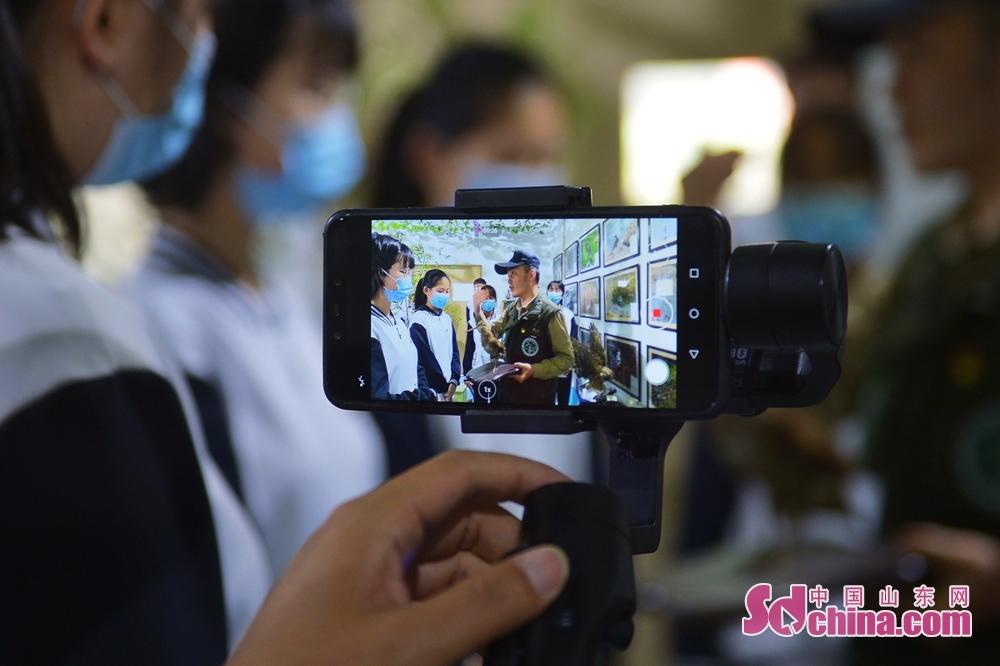 野生動植物保護ボランティアはオンライン授業の録画を行っている。<br/>