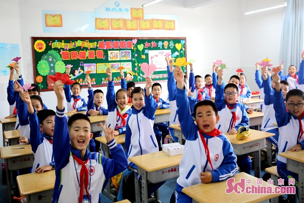 <br/>  5月25日,青岛西海岸新区香江路第一小学四年级四班的同学们每人都叠了千纸鹤,表达对祖国的祝福。<br/>