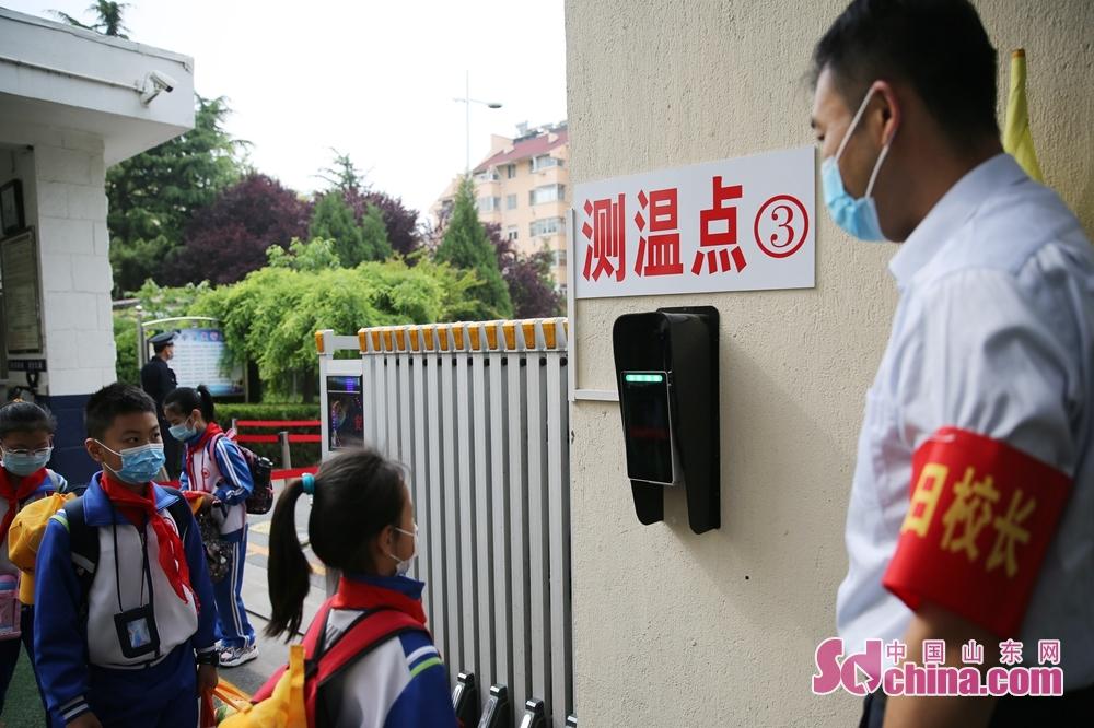 <br/>  5月25日,青岛西海岸新区香江路第一小学的学生们在排队测温。<br/>