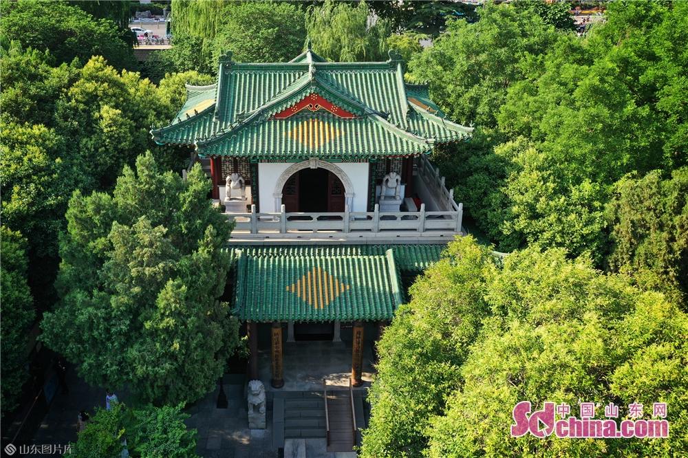 趵突泉は済南で最も有名な観光スポットの一つであり、山東省済南市歴下区にあり、東に泉城広場があり、北に五龍潭があり、敷地面積は158ムーがある。趵突泉は世界各地に広く知られた湖だ。済南市の著名な泉72選のうち第1位に選ばれており、2000年以上にわたる歴史がある。<br/>