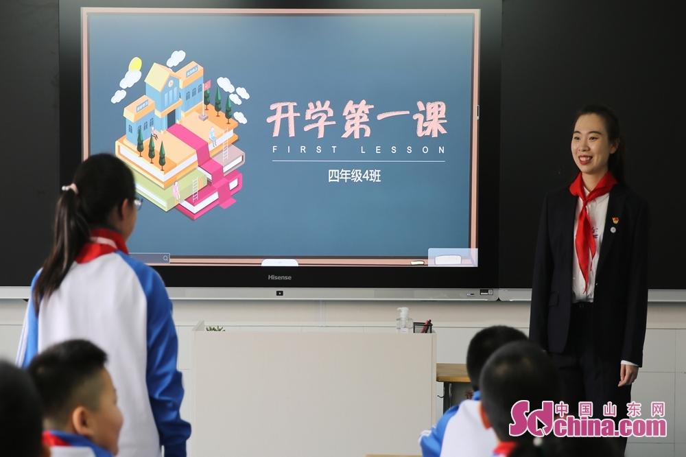 <br/>  5月25日,青岛西海岸新区香江路第一小学的老师在组织学生上&ldquo;开学第一课&rdquo;,小学生在交流这段时间来的所思所想。<br/>