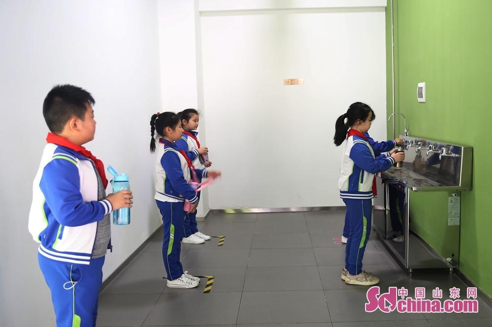 <br/>  5月25日,青岛西海岸新区井冈山路小学的小学生在演练如何打水。<br/> <br/>