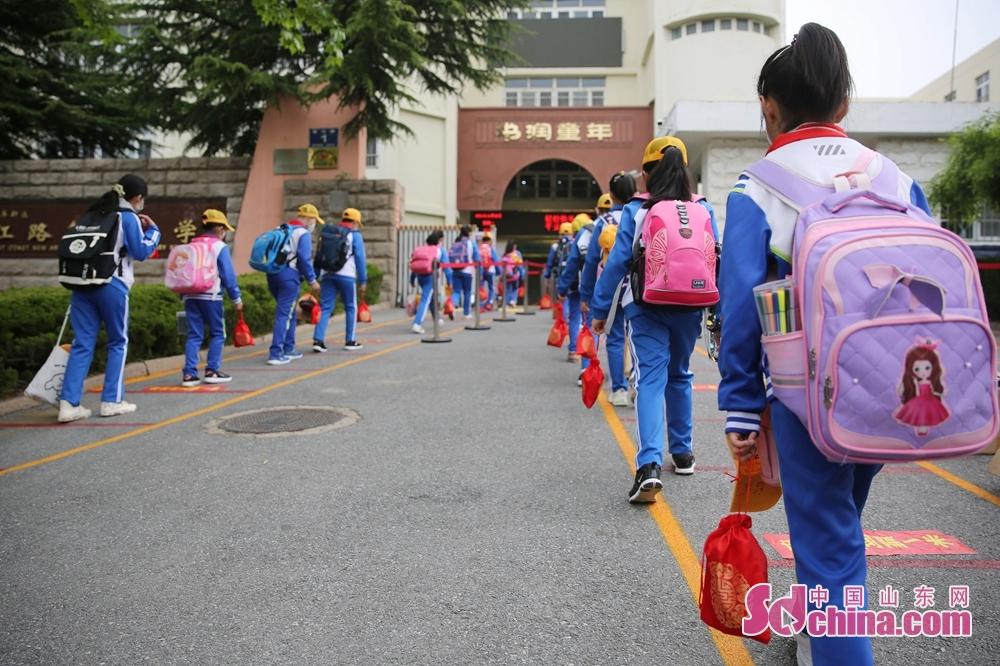 5月25日、数多くの青島の小学生は再登校し、うち、市南区、市北区、李沧区、ロ山区、城陽区、西海岸、即墨区に位置する小学校の3 ~6年生は25日に再登校、1~2年生は6月初に再登校することにした。<br/>