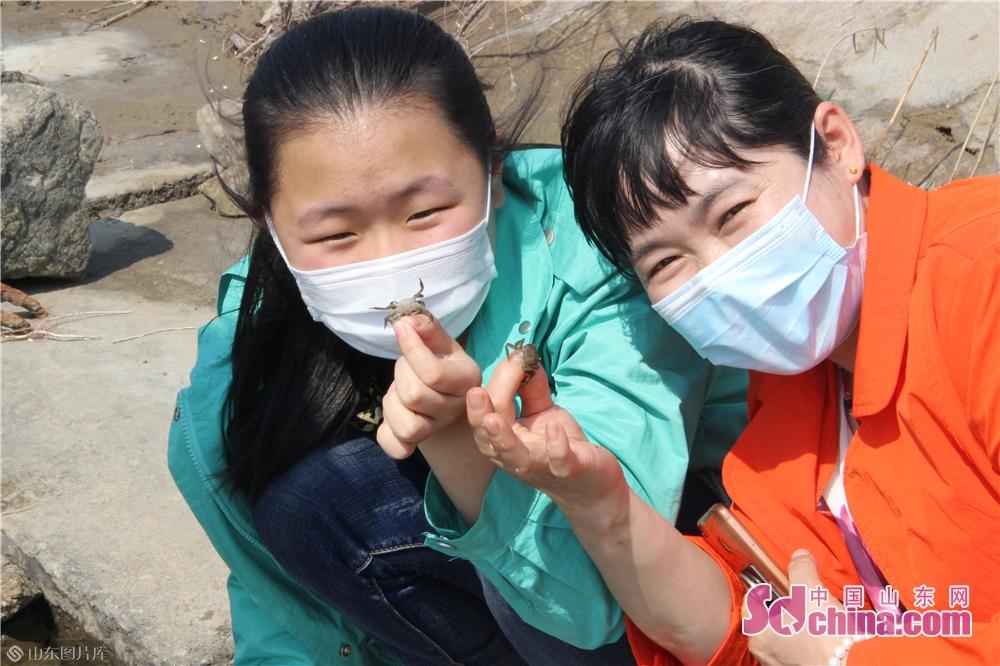 <br/>  成功抓到螃蟹的市民露出高兴地面容。<br/>
