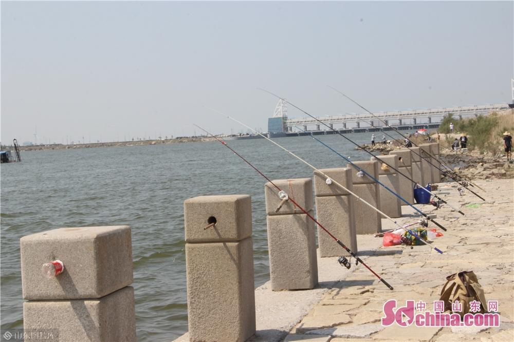 <br/>  正在钓鱼的市民。<br/>