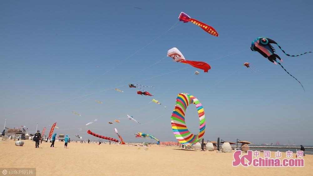 <br/>  风筝向往蓝天,人们向往欢乐。随着&ldquo;五一&rdquo;小长假的到来,在潍坊滨海欢乐海沙滩旅游度假区,蓝天白天的背景下,上百只形态各异的风筝在空中争奇斗艳。<br/>